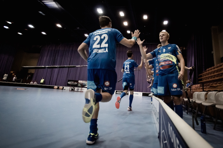 Tässä kuvassa sinisissä vierasasuissa esiintyvä OLS on Suomen suurin seura. Kuva: Anssi Koskinen