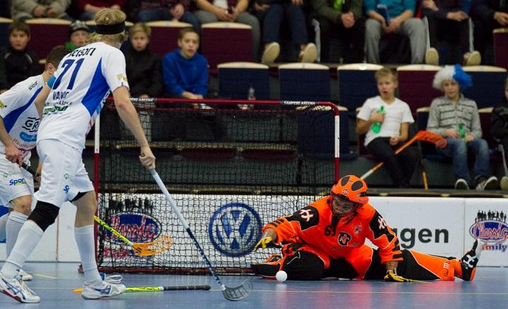 Elastisuudestaan tunnettu Pekka Nieminen venyi tässä kuvassa pallon eteen. Nieminen jatkaa Nokian KrP:ssa 1+1 vuotisen jatkosopimuksen myötä. Kuva: Topi Naskali