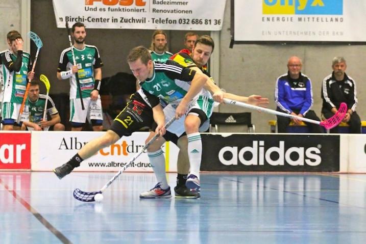 Tatu Väänänen (pallossa) väläytti rankkarillaan NLA:n välierissä. Kuva: Reinhard Anita / unihockey.ch
