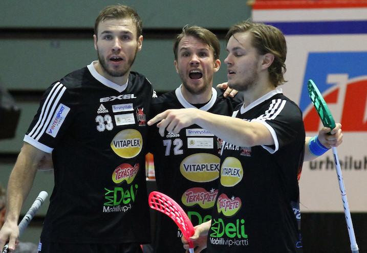 Jani Heleniuksen (kesk.) pelit huipputasolla on pelattu. Kuva: Juhani Järvenpää