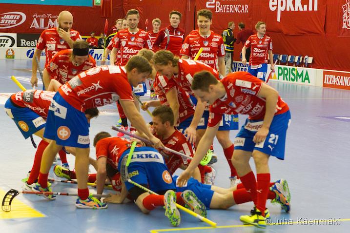 Tommi Hakala kasan alimmaisena on juuri punnertanut upealla tahtomaalillaan pelin lukemiin 3-1. Kuva: Juha Käenmäki.