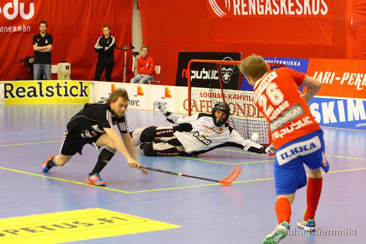 Jari Hankkio(oik.) teki tänään playoff-keväänsä ensimmäisen maalin. Kuva: Juha Käenmäki.