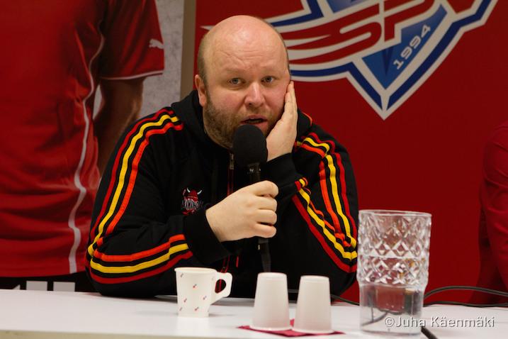"""Mika """"Amu"""" Ahonen aloitti lehdistötilaisuuden tyynenä, mutta yltyi melkoiseen kritiikkiin. Kuva: Juha Käenmäki."""