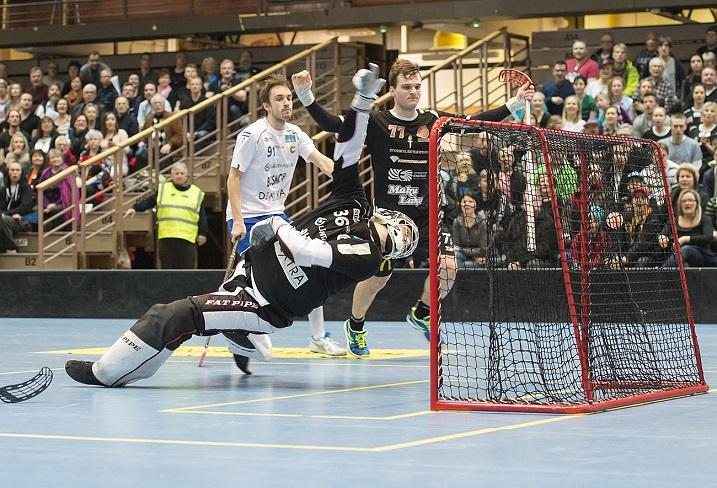 Tämä Janne Hoikkasen iskemä 4-2 jäi ottelun voittomaaliksi. Kuva: Esa Jokinen