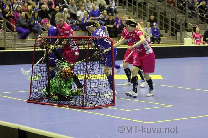 NST:n täytyy saada pallo Classicin verkkoon asti välieräsarjassa. Kuva: Markku Taurama