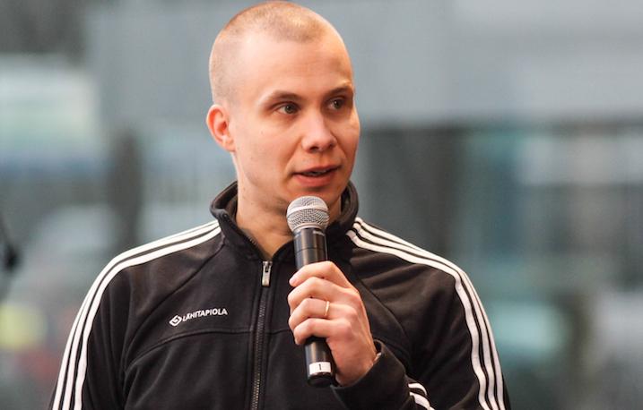 Kooveen päävalmentaja Hannu Santanen ei painanut päätä pensaaseen, vaikka kausi päättyi. Arkistokuva: Salibandyliiga.