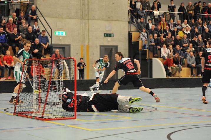 Lassi Vänttinen on juuri tehnyt maalin. Niitä häneltä odotetaan pudotuspeleissäkin. Kuva: unihockey.ch
