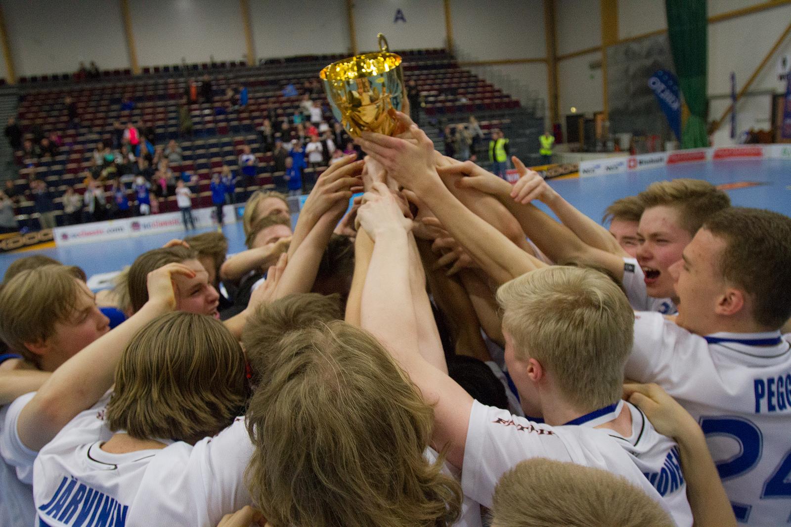 Tapanilan Erä juhlii B-poikien SM-kultaa kaudella 2014-2015. Kuva: Topi Naskali