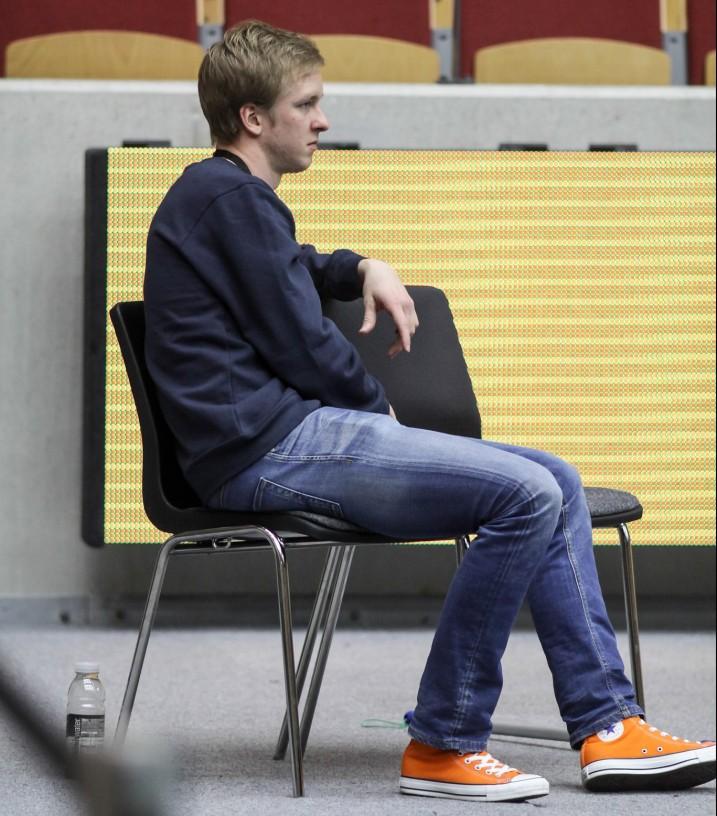 Mika Moilanen hoiti pallopojan tehtäviä ja seurasi samalla jännittyneenä peliä. Kuva: Mika Hilska/Salibandyliiga