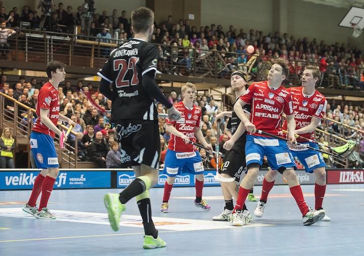 SPV ja Happee kohtaavat tänään miesten Salibandyliigan toisessa finaalissa. Kuva: Esa Jokinen.