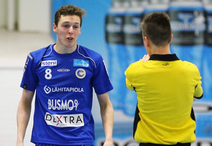 Aaro Koski oli pettynyt hävityn viidennen finaalin jälkeen. Kuva: Juhani Järvenpää.