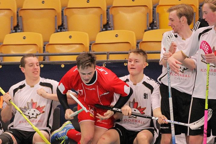 Valtteri Viitakoski (kolmas vasemmalta) pelasi uransa ensimmäisen maaottelun Kanadan paidassa Tanskaa vastaan. Kuva: IFF/Calle Ström