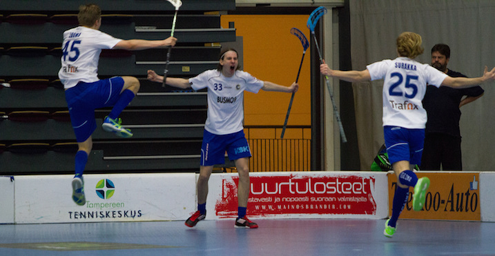 Miska Mäkinen (nro 33) osui jatkoajalla ajassa 64.04. Kuva: Topi Naskali