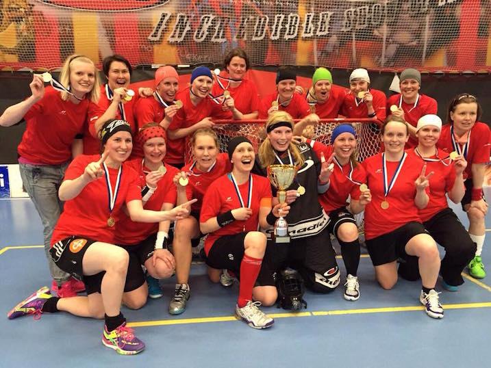 """Naisissa """"ikiksiä"""" pelataan jo kolmekymppisissä. Kultaa Toivot-nimiselle joukkueelle, jossa pelasi useita entisiä Happeen liigapelaajia."""