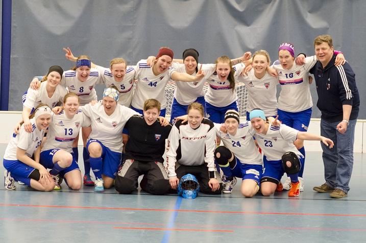 Pirkkalan Pirkkain naisten joukkue juhli tällä kaudella Suomen Cupin pikkufinaalin voittoa sekä sarjanousua naisten divariin. Kuva: Mikko Kivioja
