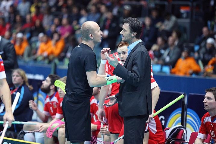 Joulukuussa 2014 Cepek neuvotteli MM-kisojen välierissä tuomareiden kanssa. Keväällä käydyt neuvottelut Tshekin lajiliiton kanssa johtivat neljän vuoden jatkosopimukseen. Kuva: IFF