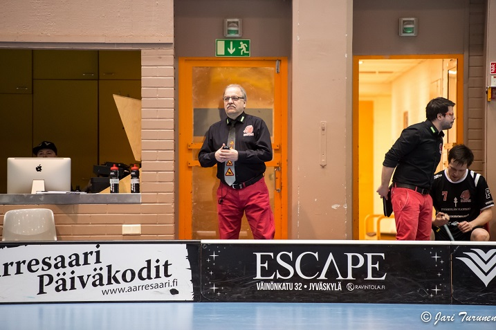 Seppo Pulkkinen vei joukkonsa kylpemään. Kuva: Jari Turunen