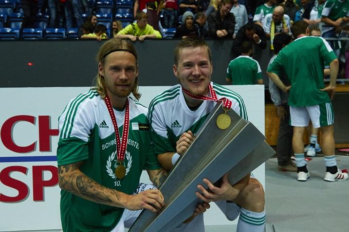 Lassi Vänttinen ja Tatu Väänänen tervehtivät mestaruuspyttyä finaalin jälkeen. Kuva: Olli Laukkanen