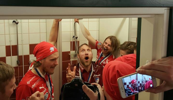 Tommy Koponen pääsi nauttimaan mestaruussuihkusta kolmannen kerran valmentajaurallaan. Kuva: Jussi Ojala