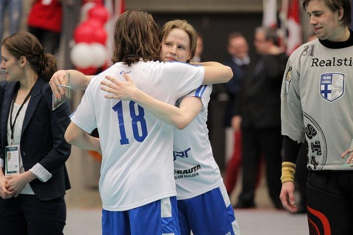 Suomen tehokentän puolustajana pelannut Eemil Ukkonen valittiin turnauksen parhaaksi vasemmaksi puolustajaksi. Kuva: IFF