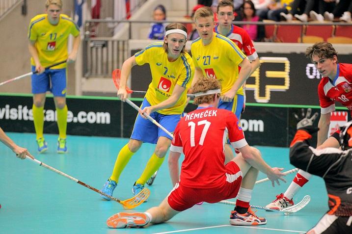 Punapaitainen Tshekki astelee Suomea vastaan nuorten MM-kisojen välierässä. Kuva: IFF