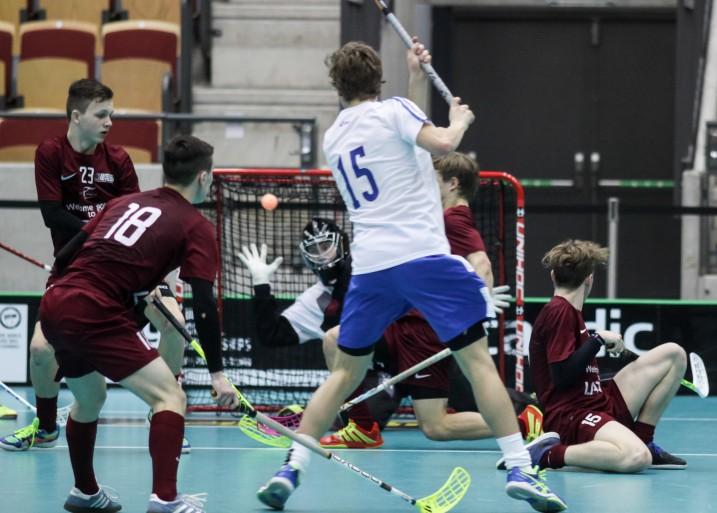 Fyysisenä joukkueena tunnettu Latvia oli perjantaina voimaton Suomen käsittelyssä. Kuva: Mika Hilska/Salibandyliiga
