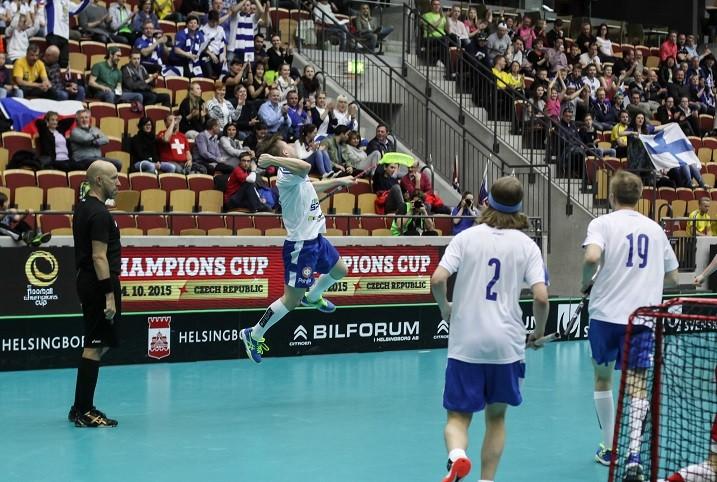 Eero Nuutinen (toinen vas.) huudatti kahteen otteeseen Helsingborg Arenan suomalaisfaneja. Kuva: Mika Hilska/Salibandyliiga