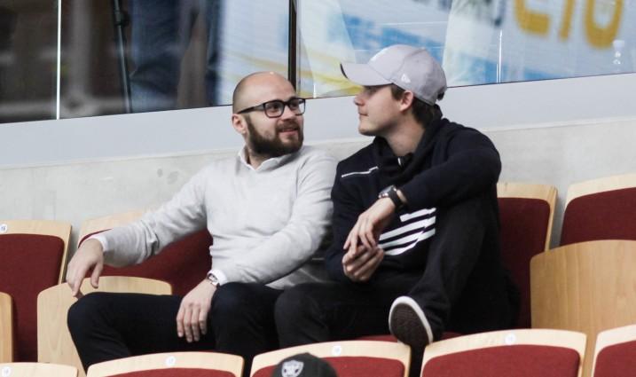 FC Helsingborgin tuore hankinta Juha Kivilehto (vas.) oli seuraamassa Suomen U19-poikien välieräottelua. Kuva: Mika Hilska/Salibandyliiga