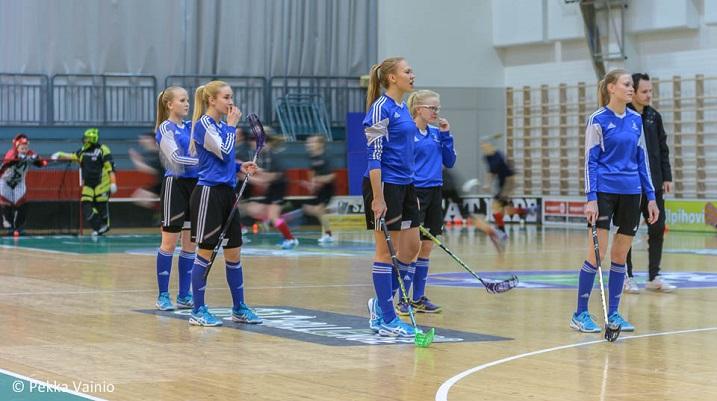 Joukkueen kapteeni Henna Pynnönen (keskellä) johdattaa joukkueen liigakentille. Kuva: Pekka Vainio