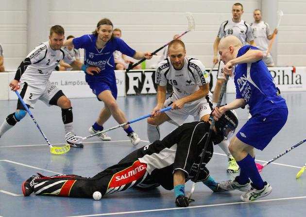 Jori Isomäki (valkoinen nro 19) toimii ensi kaudella Blue Foxin valmentajana – tai pelaajavalmentajana. Kuva: Juhani Järvenpää