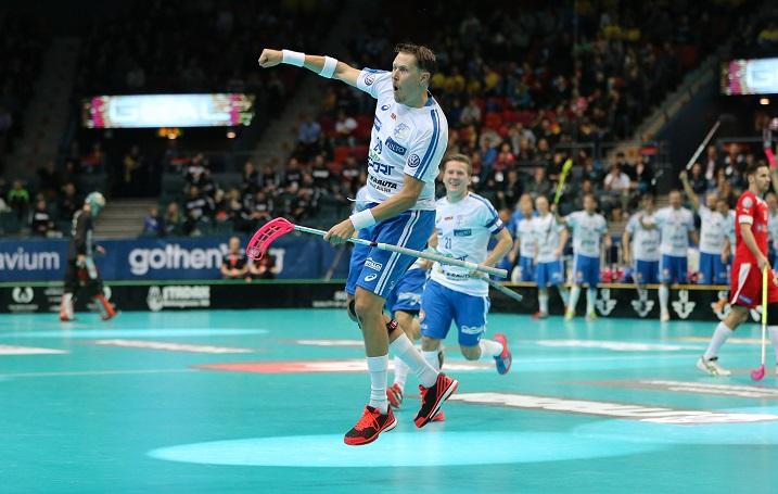 Suomen kaikkien aikojen eniten maaotteluita pelannut pelaaja ei ole vielä heittänyt pyyhettä kehään maajoukkuepelien tai joulukuun 2016 MM-kisojen suhteen. Kuva: Salibandyliiga