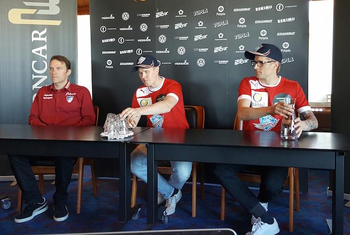 Mika Kohonen SPV-paita päällä Helsingissä järjestetyssä pressitilaisuudessa. Vieressä pikkuveli Mikko Kohonen ja SPV-luotsi Tommy Koponen.