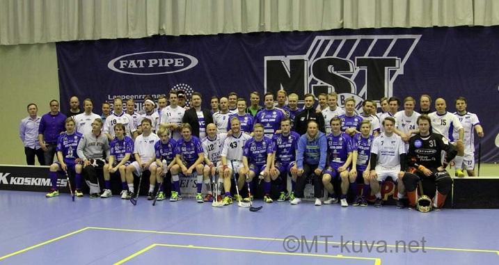 Joukkueet ryhmäpotretissa ottelun jälkeen. Kuva: Markku Taurama