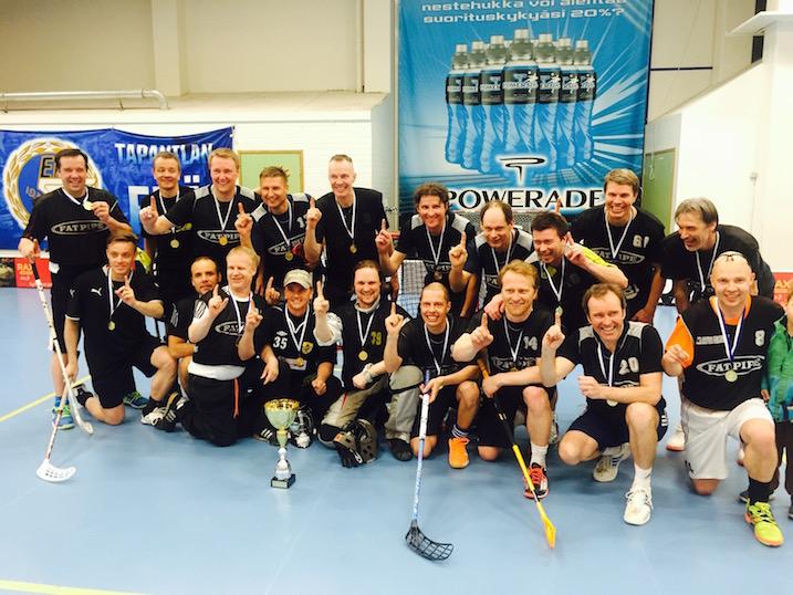 Dalmacin M40-sarjan Suomen mestarit. Tarkkasilmäiset saattavat löytää kuvasta melko monta entistä Salibandyliiga-pelaajaa.