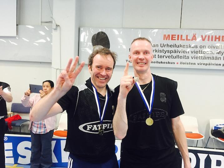 Heikki Vienola (vas.) ja Esa Karjalainen tuulettivat M40-sarjan Suomen mestaruutta.