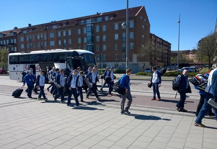 Suomen joukkue saapui puolitoista tuntia ennen ottelun alkua hallille. Kuva: Anssi Karjalainen
