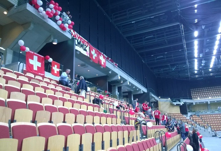 Sveitsin fanien reksiviitat olivat kunnossa ilmapalloista lähtien. Kuva: Anssi Karjalainen