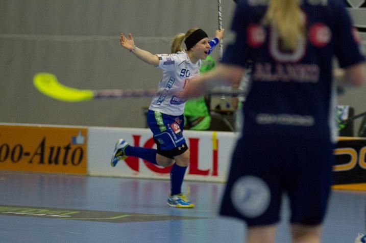 Juuli Hakkarainen tuulettelee ensi kaudellakin NST:n paidassa. Kuva: Topi Naskali