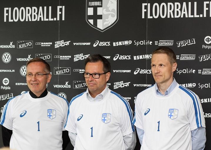 Kari Lampinen (keskellä) haluaa, että salibandysta kasvaa Suomen suosituimmaksi joukkuelajiksi. Kuva: Mika Hilska