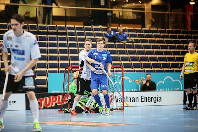 Tapanilan Erän Riku Holopainen (sinipaitainen) kuului MM-kultaa voittaneeseen Suomen U19-maajoukkueeseen.