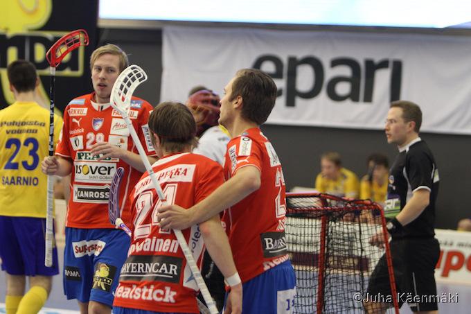 Kuvan punapaidoista vasemmalla oleva Niko Mäkelä siirtyy SB Vaasaan. Arkistokuva: Juha Käenmäki.
