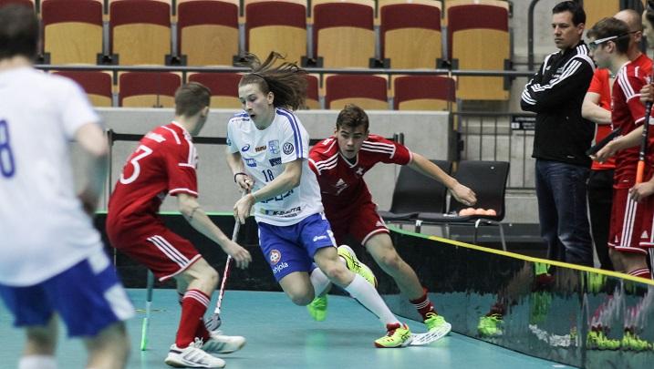 Liukasliikkeinen Kainulainen oli vaikea pideltävä nuorten. Tässä sen saa tuta Sveitsin puolustus alkusarjan ottelussa. Kuva: Mika Hilska