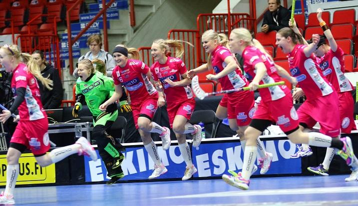 Classic juhli viime vuonnan naisten Suomen Cupin voittoa. Kuva: Salibandyliiga