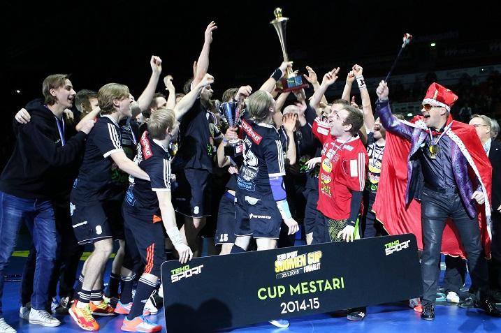 SSV juhli viime kaudella Suomen Cupin voittoa. Tulevalla kaudella seuran nimi on Viikingit. Kuva: Salibandyliiga