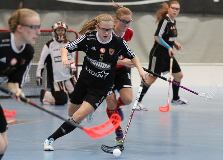 Veera Kauppi on pelannut neljän edellisen kauden aikana 58 naisten Salibandyliigan runkosarjan ottelua. Niissä on syntynyt 79 maalia ja 72 maalisyöttöä. Kuva: Esa Takalo