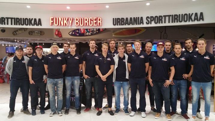 Esport Oilersin joukkue esiteltiin viikonloppuna Ainoa-kauppakeskuksessa. Kuva: Esport Oilers