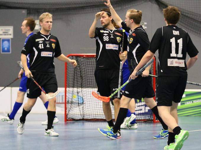 Mikko Piippo (#98) vannoi aikanaan, ettei koskaan voisi pelata ÅIF:ssa. Kuva: Salibandyliiga.