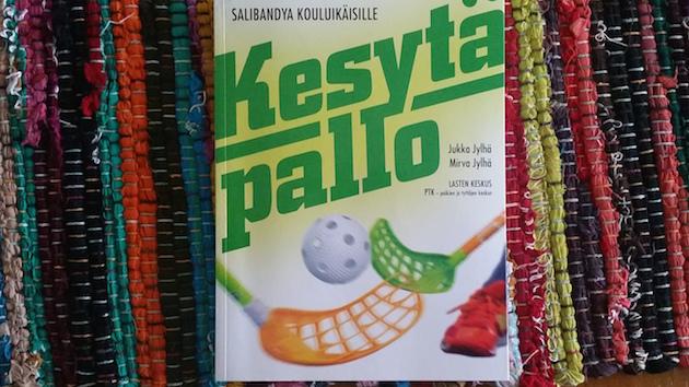 Kesytä Pallo – Salibandya kouluikäisille -kirja on Lasten Keskuksen kustantama.