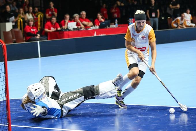 Katri Luomaniemi oli yksi Piranha Churin laukojista Sveitsin Supercup-finaalin rankkarikisassa. Kuva: Erwin Keller / unihockey.ch.