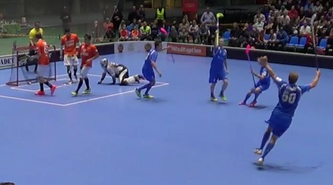 Keltalapainen Timo Salo oli liekeissä ensimmäisessä Divari-ottelussaan. Kuva: Kuvakaappaus videolta.